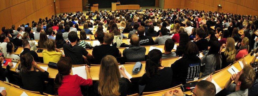 ARCHIV - Studierende der Schulpädagogik sitzen am 17.10.2012 in einem vollen Hörsaal in der Universität in Tübingen (Baden-Württemberg). Am 26.06.2013 findet eine Pressekonferenz zur 20. Sozialerhebung des Deutschen Studentenwerks statt. Foto: Jan-Philipp Strobel/dpa +++(c) dpa - Bildfunk+++
